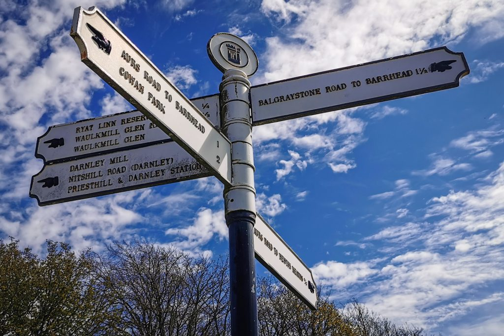 signpost at Dams to Darnley Country Park in Glasgow