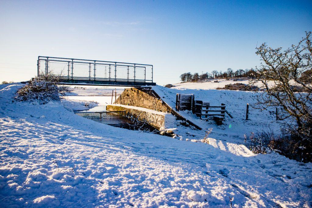 The footbridge at Glanderston Dam at Duncarnock Fort hike in Glasgow