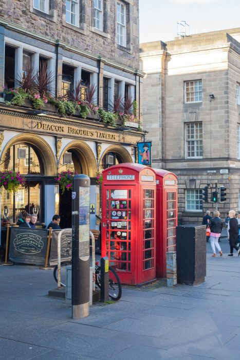 Edinburgh makes for a perfect weekend getaway. Find out what to do & see, where to grab food & drinks and where to stay for a weekend in Edinburgh!