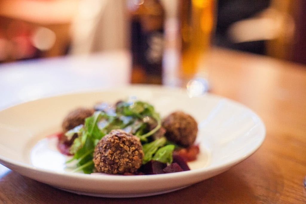 Forget about haggis and cullen skink - vegan food heaven is waiting for you in Scotland! Find out how easy it is to travel Scotland as vegan!