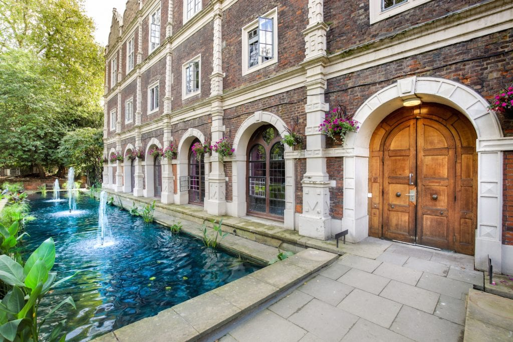 Hostels are not only for backpackers and these luxury boutique hostels in London are proof for that. But the Safestay Hostels also help you to safe money!